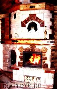 Камин с отделкой из огнеупорного кирпича